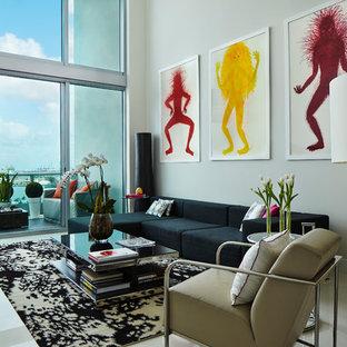 Imagen de salón para visitas abierto, contemporáneo, con paredes blancas y suelo blanco
