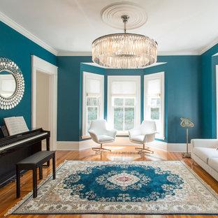 Immagine di un soggiorno classico chiuso e di medie dimensioni con sala della musica, pareti blu, pavimento in legno massello medio e nessun camino