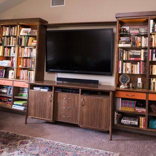 ロサンゼルスの大きいミッドセンチュリースタイルのおしゃれな独立型リビング (ライブラリー、ベージュの壁、カーペット敷き、標準型暖炉、レンガの暖炉まわり、壁掛け型テレビ、ベージュの床) の写真