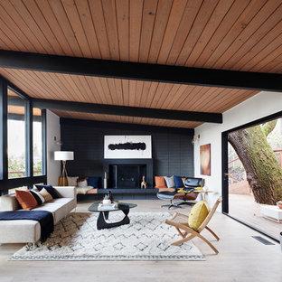 Imagen de salón vintage con paredes blancas, suelo de madera clara, chimenea tradicional y suelo beige