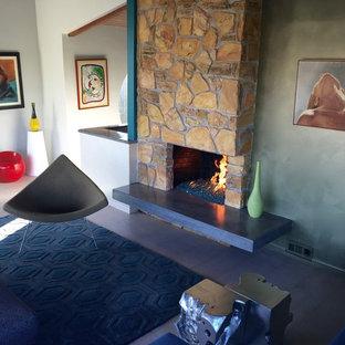 Immagine di un grande soggiorno minimalista aperto con pareti verdi e TV nascosta