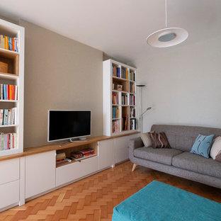 Diseño de salón abierto, retro, pequeño, con paredes beige, suelo de madera clara, televisor independiente y suelo beige