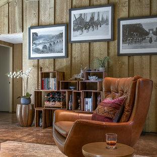 ダラスの小さいミッドセンチュリースタイルのおしゃれな独立型リビング (グレーの壁、コンクリートの床、標準型暖炉、レンガの暖炉まわり、壁掛け型テレビ、茶色い床) の写真