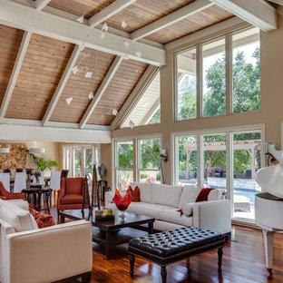 Offenes Mid-Century Wohnzimmer mit beiger Wandfarbe und braunem Holzboden in San Francisco