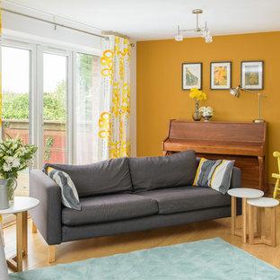 Ispirazione per un soggiorno minimal di medie dimensioni e aperto con sala della musica, pareti gialle, pavimento in legno massello medio, nessun camino e nessuna TV