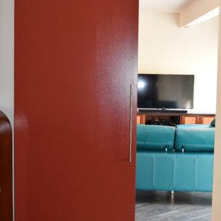 Foto di un soggiorno moderno di medie dimensioni e aperto con pareti bianche, pavimento in ardesia, nessun camino, TV autoportante e pavimento grigio