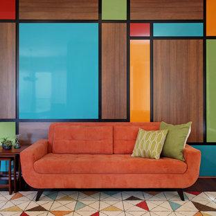オレンジカウンティの中サイズのミッドセンチュリースタイルのおしゃれなリビング (マルチカラーの壁、無垢フローリング) の写真