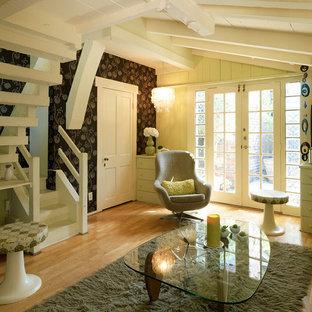 Ispirazione per un piccolo soggiorno moderno chiuso con pareti verdi, pavimento in legno massello medio e nessun camino