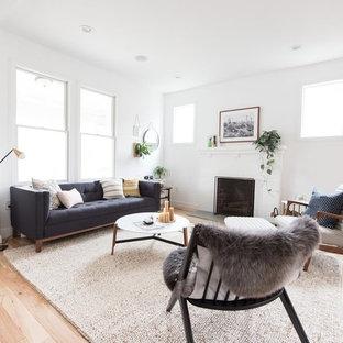 Inredning av ett klassiskt mellanstort vardagsrum, med vita väggar, ljust trägolv, en standard öppen spis och rosa golv