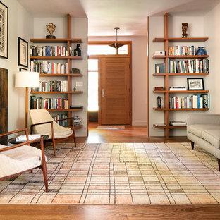 Repräsentatives, Fernseherloses Mid-Century Wohnzimmer mit grauer Wandfarbe, braunem Holzboden, Kamin, gefliester Kaminumrandung und braunem Boden in Kansas City