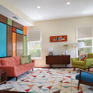 Foto di un soggiorno moderno di medie dimensioni con pareti multicolore e pavimento in legno massello medio
