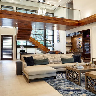 ウィルミントンの大きいミッドセンチュリースタイルのおしゃれなLDK (ベージュの壁、磁器タイルの床、横長型暖炉、石材の暖炉まわり、壁掛け型テレビ、ベージュの床) の写真