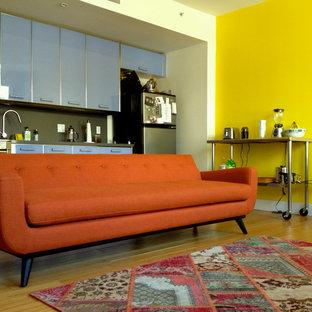 Foto di un soggiorno minimalista stile loft e di medie dimensioni con pareti gialle, pavimento in bambù, nessun camino e pavimento marrone
