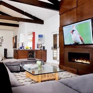 Offenes Modernes Wohnzimmer mit weißer Wandfarbe, Gaskamin und Wand-TV in Sonstige
