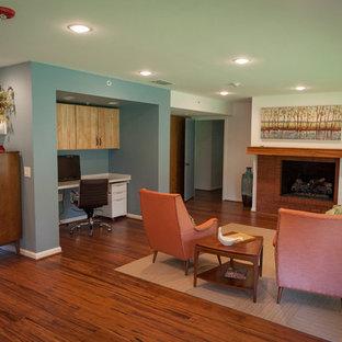 Ejemplo de salón para visitas abierto, retro, de tamaño medio, sin televisor, con paredes blancas, suelo de madera oscura, chimenea tradicional y marco de chimenea de ladrillo