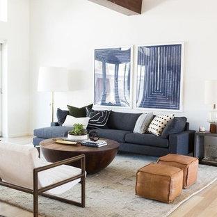 Idée de décoration pour un salon tradition avec un mur blanc, un sol en bois clair, aucune cheminée, aucun téléviseur et un sol rose.