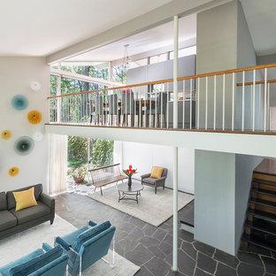 Foto di un soggiorno moderno con pareti bianche e pavimento in ardesia