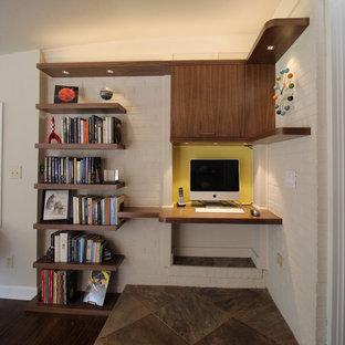 Ejemplo de salón cerrado, vintage, de tamaño medio, con paredes blancas, suelo de madera oscura y televisor colgado en la pared