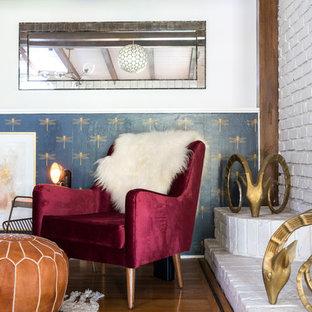 Immagine di un grande soggiorno moderno aperto con pareti bianche, pavimento in legno massello medio, camino classico, cornice del camino in mattoni e pavimento marrone