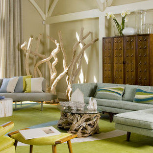 Geräumiges Mid-Century Wohnzimmer mit beiger Wandfarbe und grünem Boden in New York