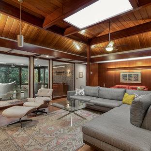 Foto di un soggiorno moderno di medie dimensioni con pareti marroni e pavimento in sughero