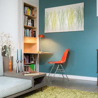 デトロイトの小さいミッドセンチュリースタイルのおしゃれなLDK (青い壁、コンクリートの床、標準型暖炉、金属の暖炉まわり、テレビなし) の写真