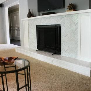 オマハの広いミッドセンチュリースタイルのおしゃれなLDK (グレーの壁、カーペット敷き、標準型暖炉、タイルの暖炉まわり、壁掛け型テレビ) の写真