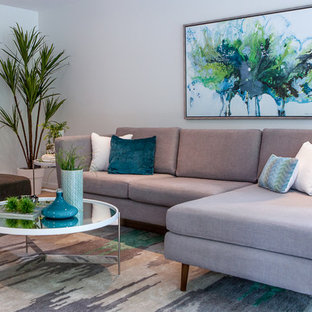 Ejemplo de salón abierto, minimalista, pequeño, sin televisor, con paredes blancas y suelo de madera clara