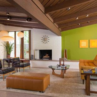 Imagen de salón abierto, retro, grande, con paredes verdes