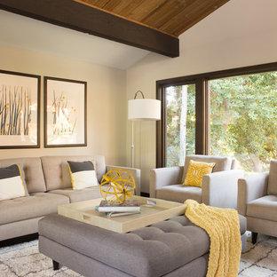 Imagen de salón para visitas cerrado, vintage, de tamaño medio, sin chimenea y televisor, con paredes grises, suelo de madera oscura y suelo marrón
