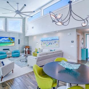 Cette image montre un salon design ouvert avec un mur gris, un sol marron, un plafond voûté et du papier peint.