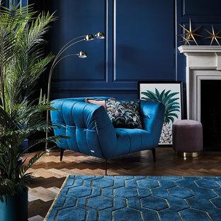 Idee per un soggiorno tropicale con pareti blu e pavimento marrone