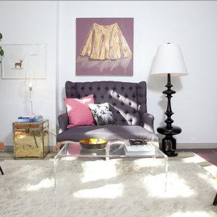 Imagen de salón retro con paredes blancas