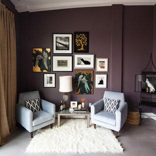 Ejemplo de salón minimalista con paredes púrpuras