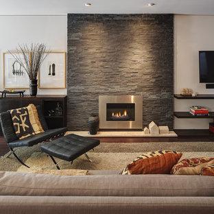ミルウォーキーの中サイズのコンテンポラリースタイルのおしゃれなLDK (金属の暖炉まわり、フォーマル、白い壁、濃色無垢フローリング、横長型暖炉、壁掛け型テレビ、茶色い床) の写真