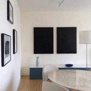 Exempel på ett mellanstort modernt allrum med öppen planlösning, med gula väggar och korkgolv