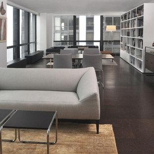 Immagine di un grande soggiorno moderno stile loft con libreria, pareti bianche, pavimento in sughero, nessun camino e nessuna TV