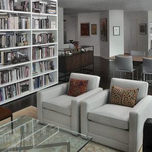Foto di un grande soggiorno minimalista aperto con libreria, pareti bianche, pavimento in sughero, nessun camino e nessuna TV