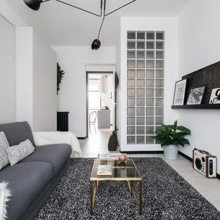 Imagen de salón nórdico con paredes blancas, suelo de madera clara y suelo beige