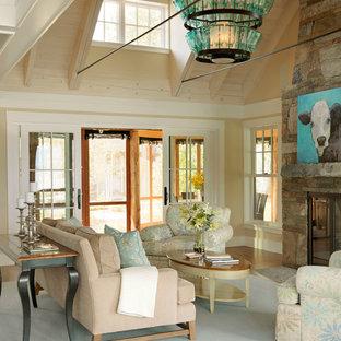 Cette image montre un salon marin avec une salle de réception, un mur beige, une cheminée standard et un manteau de cheminée en pierre.