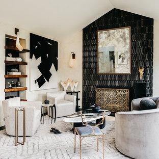 Foto di un soggiorno chic con pareti bianche, parquet scuro, camino classico, cornice del camino piastrellata e pavimento nero