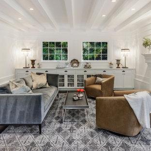 Idee per un soggiorno classico con pareti bianche, parquet scuro, camino classico, nessuna TV e pavimento nero
