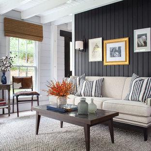 Imagen de salón campestre con paredes negras, suelo de madera oscura y suelo marrón