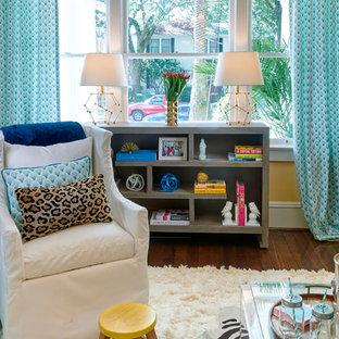 Esempio di un soggiorno contemporaneo di medie dimensioni e chiuso con pareti gialle, parquet scuro, camino classico, cornice del camino in legno e nessuna TV
