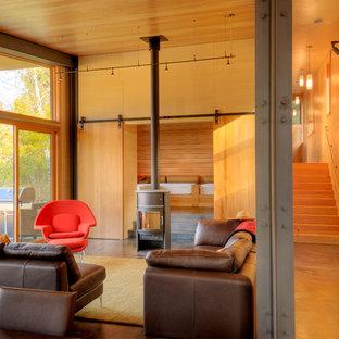 Esempio di un piccolo soggiorno design chiuso con pareti beige, stufa a legna, sala formale, cornice del camino in metallo e nessuna TV