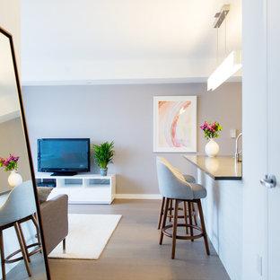 Idee per un piccolo soggiorno contemporaneo aperto con pareti grigie e pavimento in legno massello medio