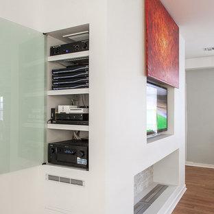 Diseño de salón para visitas cerrado, minimalista, de tamaño medio, con pared multimedia, chimenea lineal, marco de chimenea de ladrillo, paredes blancas y suelo de ladrillo