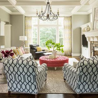 Klassisches Wohnzimmer mit grauer Wandfarbe, Kaminsims aus Stein, dunklem Holzboden, Kamin und Multimediawand in Minneapolis