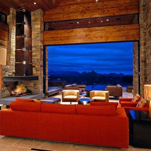 フェニックスの巨大なサンタフェスタイルのおしゃれなLDK (フォーマル、ベージュの壁、セラミックタイルの床、コーナー設置型暖炉) の写真