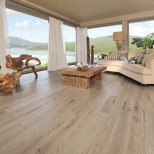 Inspiration för maritima vardagsrum, med beige väggar och ljust trägolv